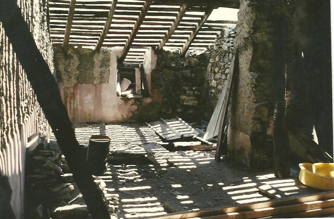 La fruitière de La Bourgeat en triste état quand René Blanc commence ses travaux pour la rénover et l'habiter.(Ph.Gh et R.Blanc).