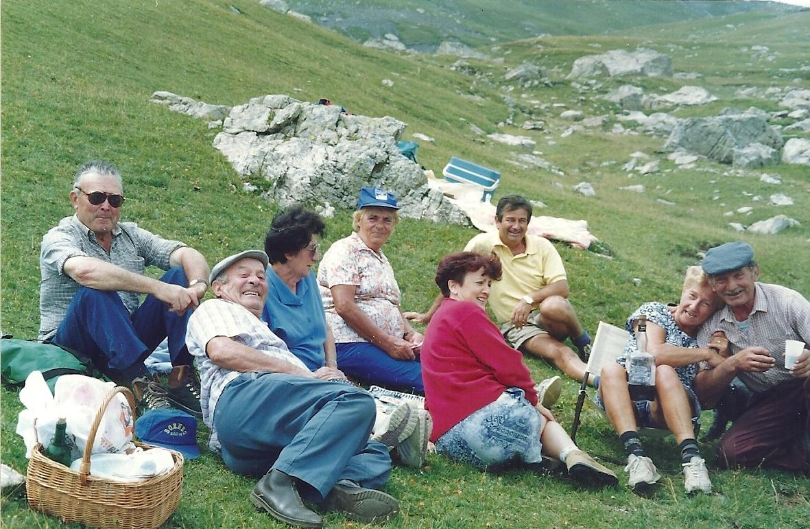 10 août 1994 : Louis Escoffier,Marcel Izoard,Yvette Domeny, Josette Izoard, 2 amis, Carmen Prevert et le berger Roger Arnoux. Depuis longtemps, ils ne sont plus acteurs du pastoralisme, sauf Roger Arnoux, mais l'Alp fait partie de leur vie. Ils y viennent chaque année pour le plaisir. C'est un peu un pèlerinage.(Ph.Escoffier)