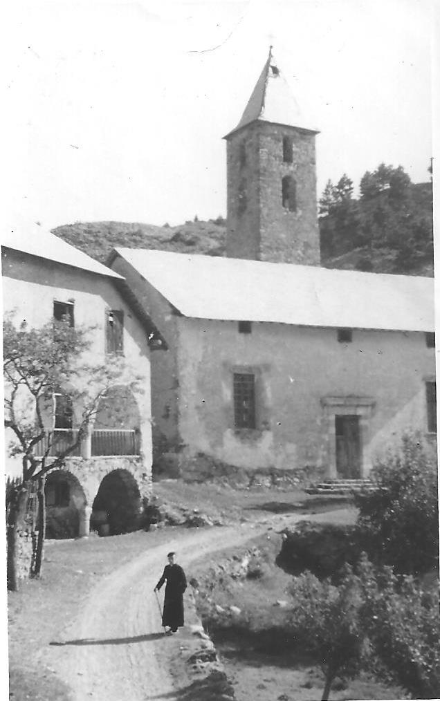 Réotier 1943. L'abbé Clerc devant la Cure et l'Eglise St Michel bien mal en point. Le seul hameau « tertiaire » de la commune à cette époque.(Ph. M.Blanc)