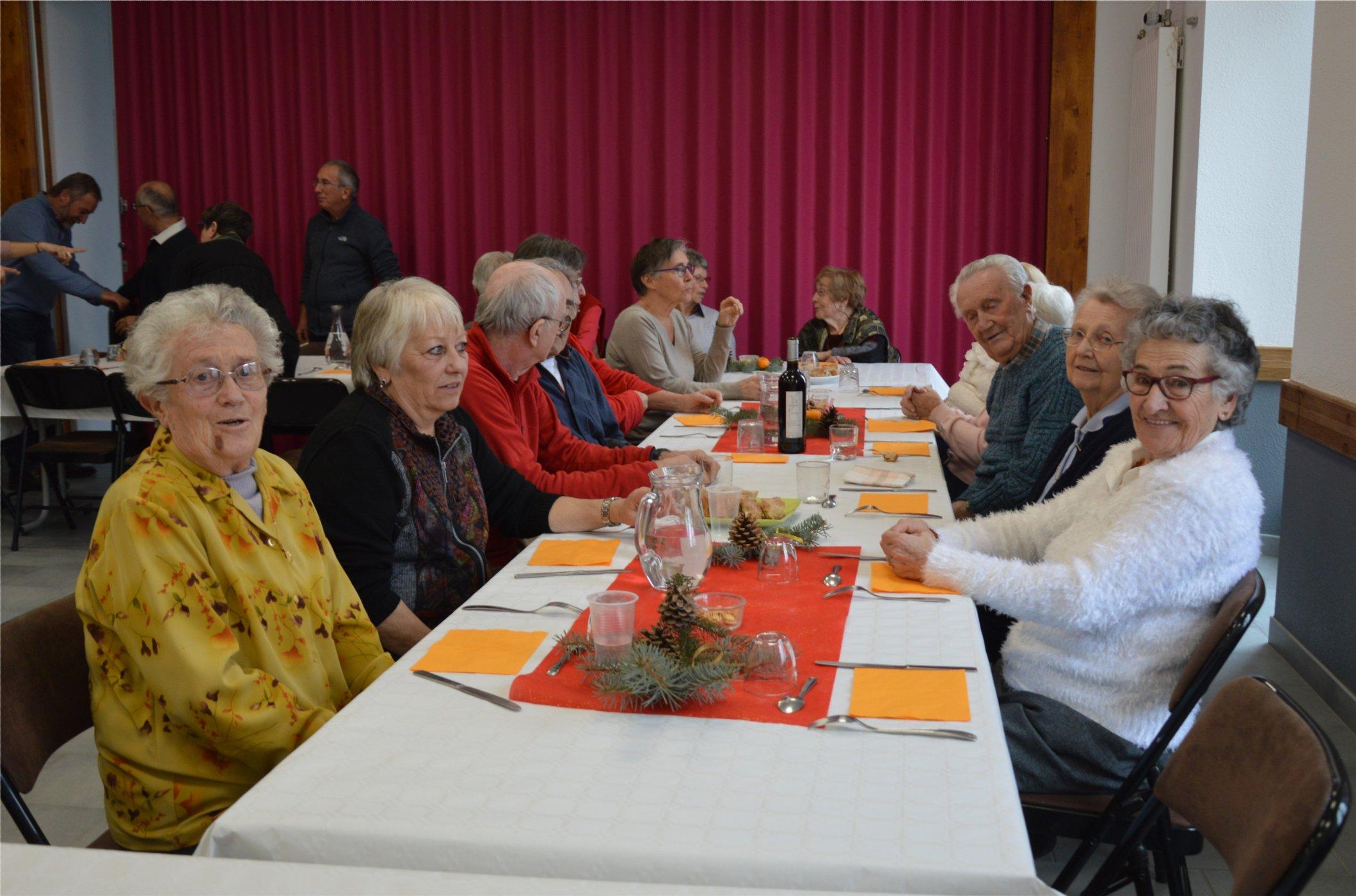 Les membres de l'association des seniors de Réotier étaient heureux de se retrouver autour d'une table.