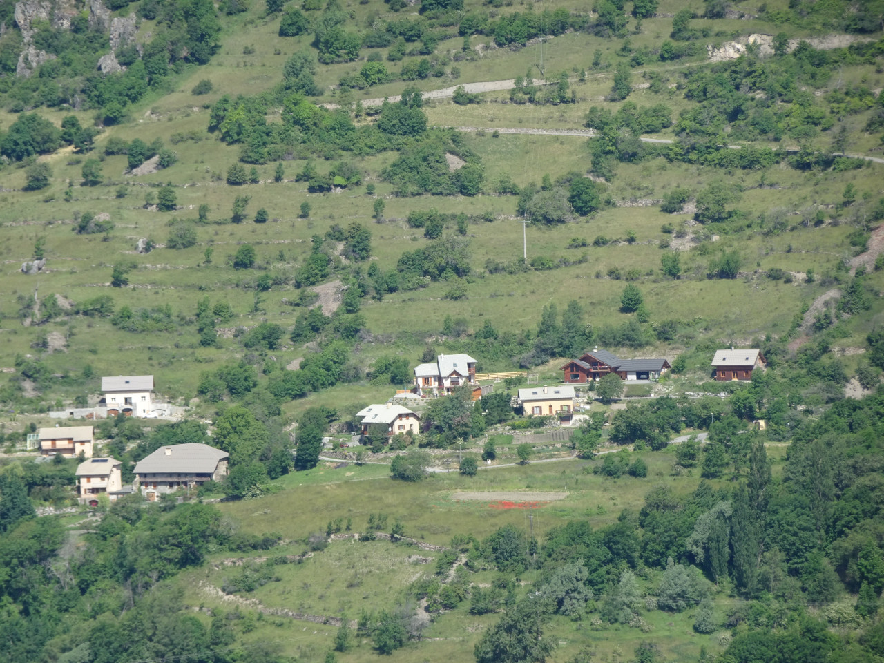 Le nouveau hameau du Goutail. La massive ferme Pons en bas à gauche est la seule construction ancienne, avec à sa gauche, rénovée, la fruitière de 1928.