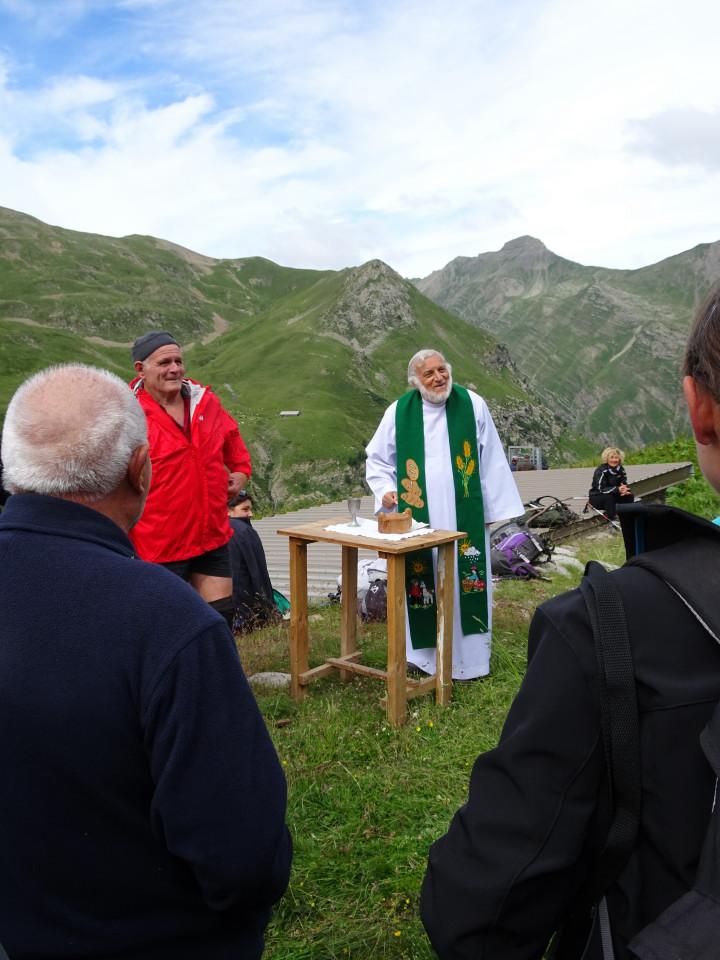 Le père Bernardi en pleine forme. Il a échappé au tonneau des « picate praire » de Réotier et succède ravi au puissant archevêque d'Embrun.