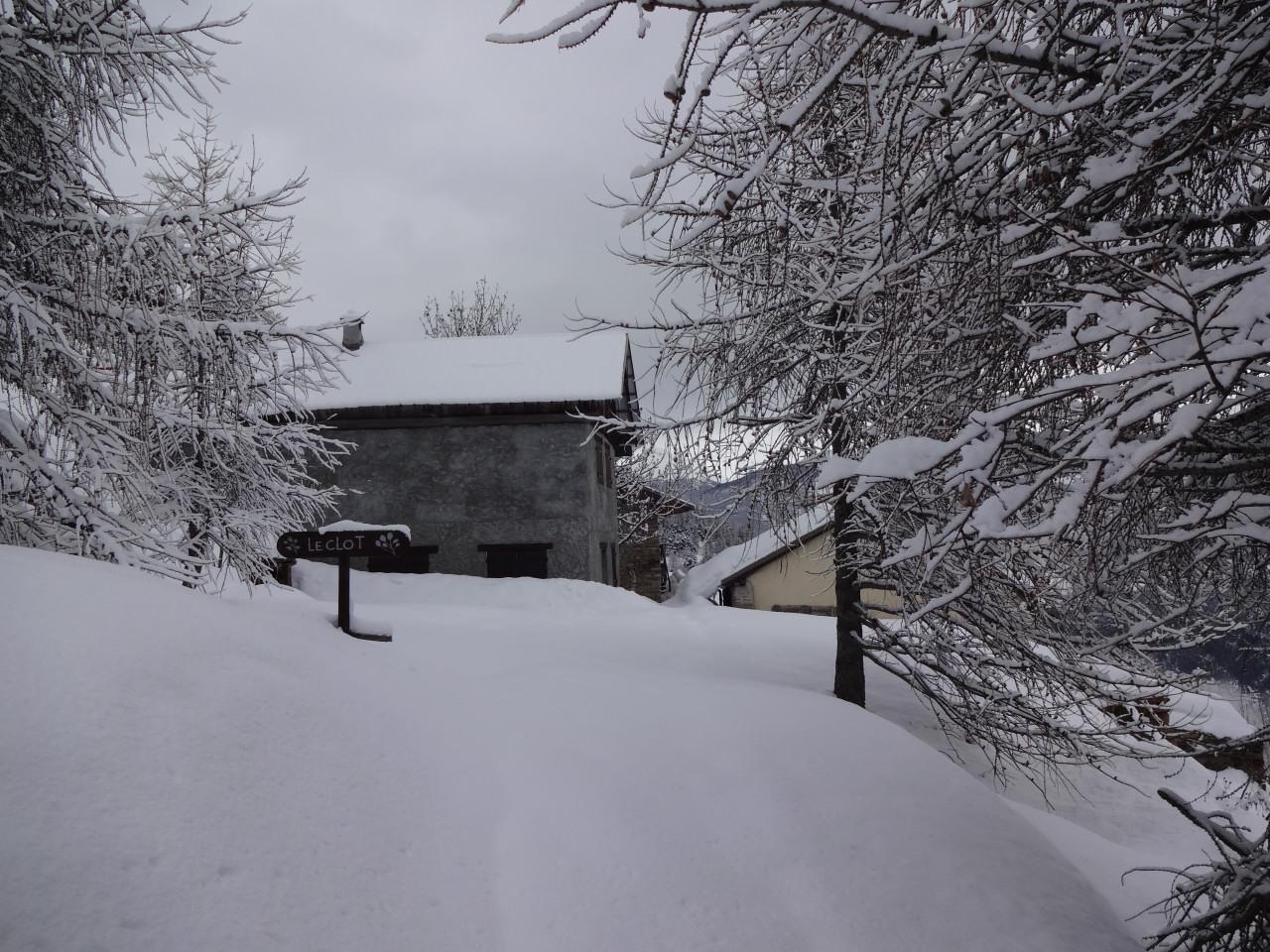 février 2014. A gauche le chalet Escoffier, à droite le chalet Bernaudon. La neige fige le paysage. Depuis des dizaines d'années maintenant elle représente un attrait pour les touristes sans être une contrainte pour les paysans. Les fermes et chalets reconvertis sont devenus des résidences confortables …ou des éléments du décor.