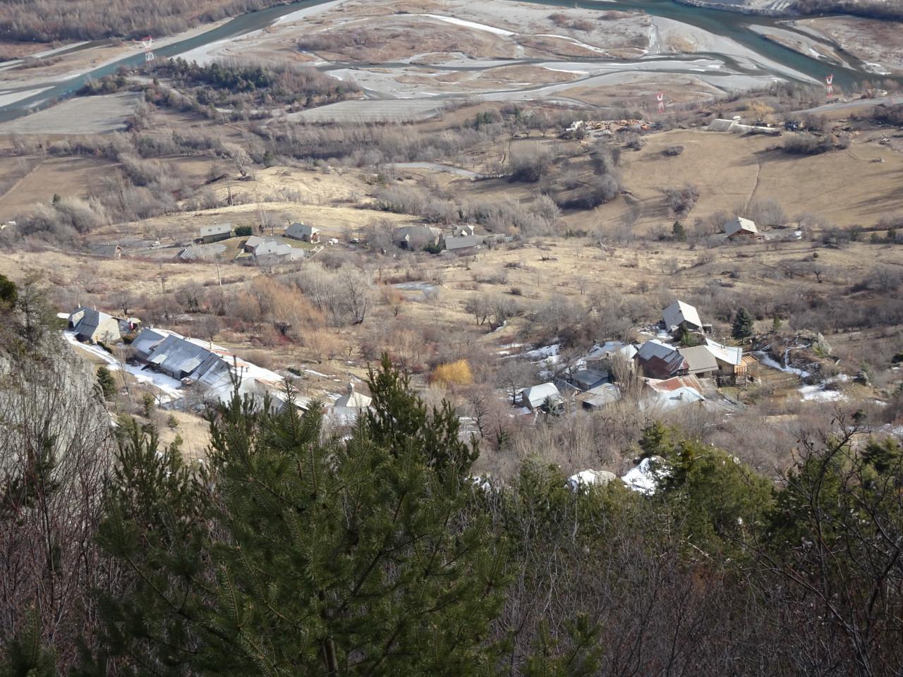 Les Casses vues de Rabastelle en amont. On distingue bien l'articulation du hameau, avec à gauche l'alignement des Bruns et sa chapelle,à droite l'amas sur le rocher des Casses proprement dites.