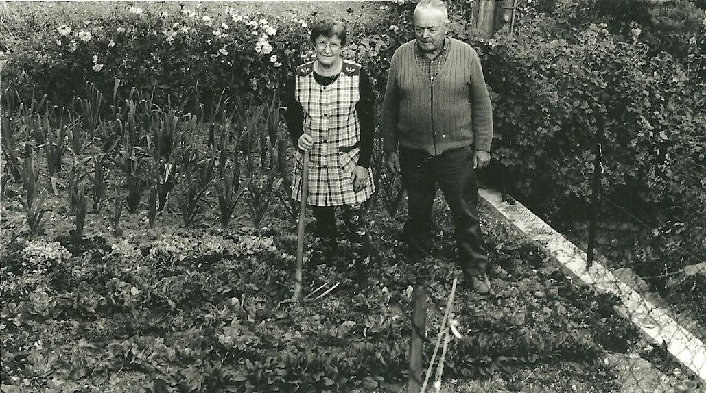 Marthe et Louis Escoffier jardiniers. Le potager, comme la maison, est tenu de manière impeccable.(Ph.Escoffier)