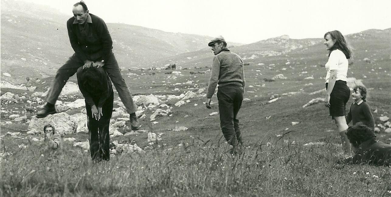 A l'Alp. Quand on monte voir le berger en été, c'est l'occasion de s'amuser aussi. Ernest, frère de Louis Escoffier admire le saut de mouton d'Augustin Domeny. La petite Jeanne à droite, trouve cela surprenant : « il est fort mon Papa ! » (Ph.Escoffier)