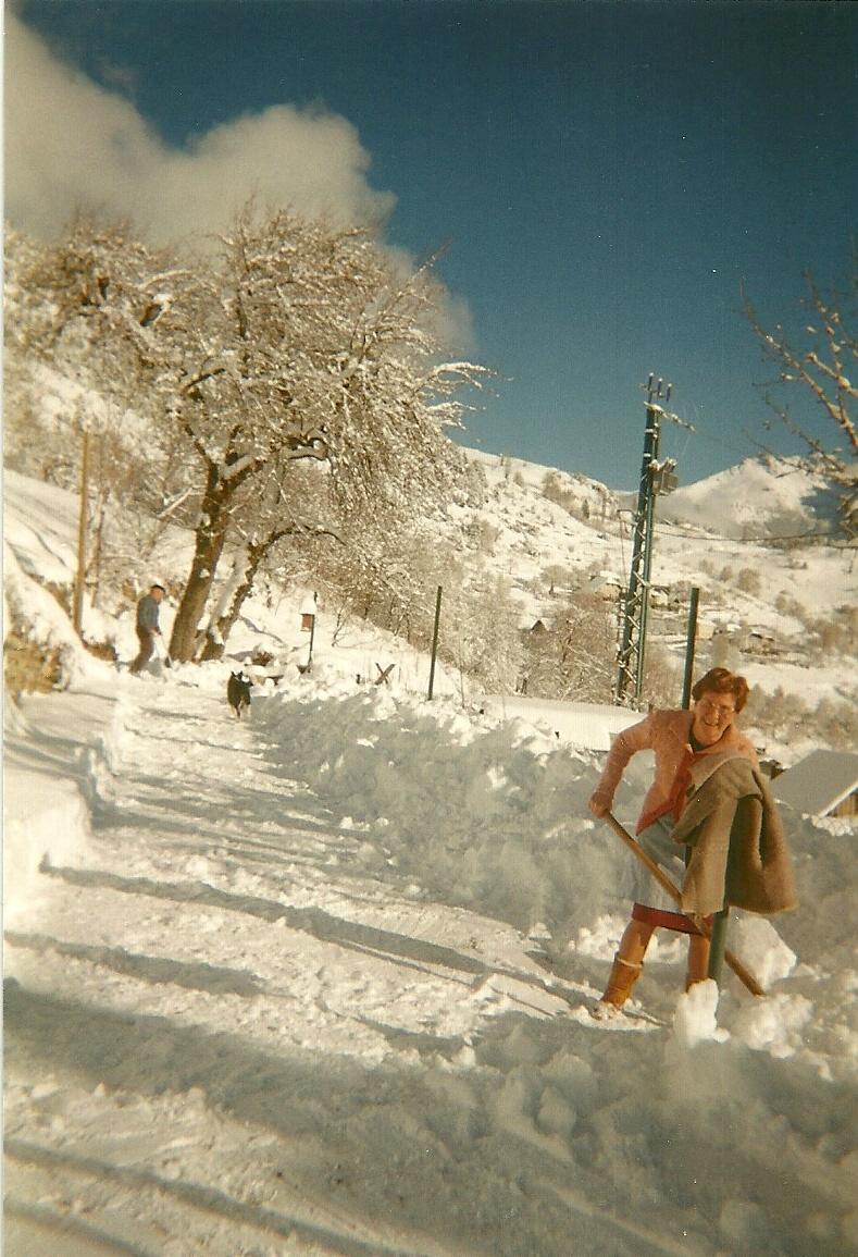 Hiver 1995. Marthe prend la pelle pour dégager l'accès de sa maison, mais désormais elle a le temps et apprécie la beauté de l'hiver.(Ph.Escoffier)