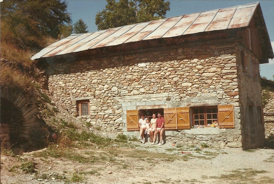 A la fin des années 90, l'ancien chalet de la petite montagne du Clot, est rénové Il devient Un habitat plus confortable que ce qu'avait connu Marthe quand elle était rassière. Chaque été la famille Paumier y vit deux mois de bonheur en compagnie de Robert et Cathy Jouvenne qui ont rénové juste en face la petite montagne Bernaudon. (Ph.Escoffier)