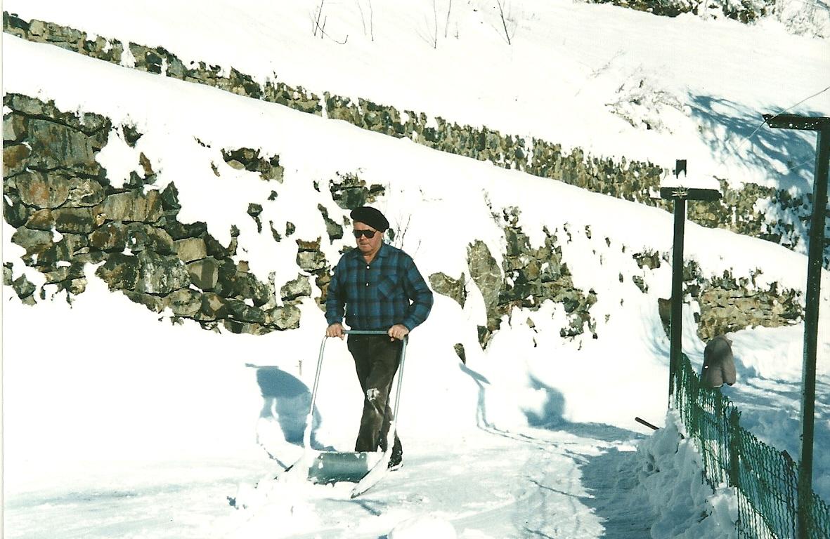 Même à la retraite il faut ouvrir la route. Mais maintenant c'est quelques mètres jusqu'à la maison. Fini goudron et chasse neige, fini les horaires interminables des jours de tempêtes.(Ph.Escoffier)