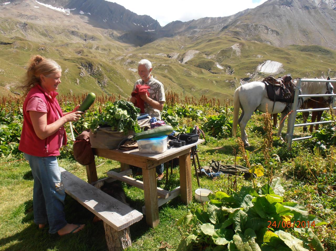 C'est la fête : Serge ramène des légumes frais. (Ph.M.Hagard).