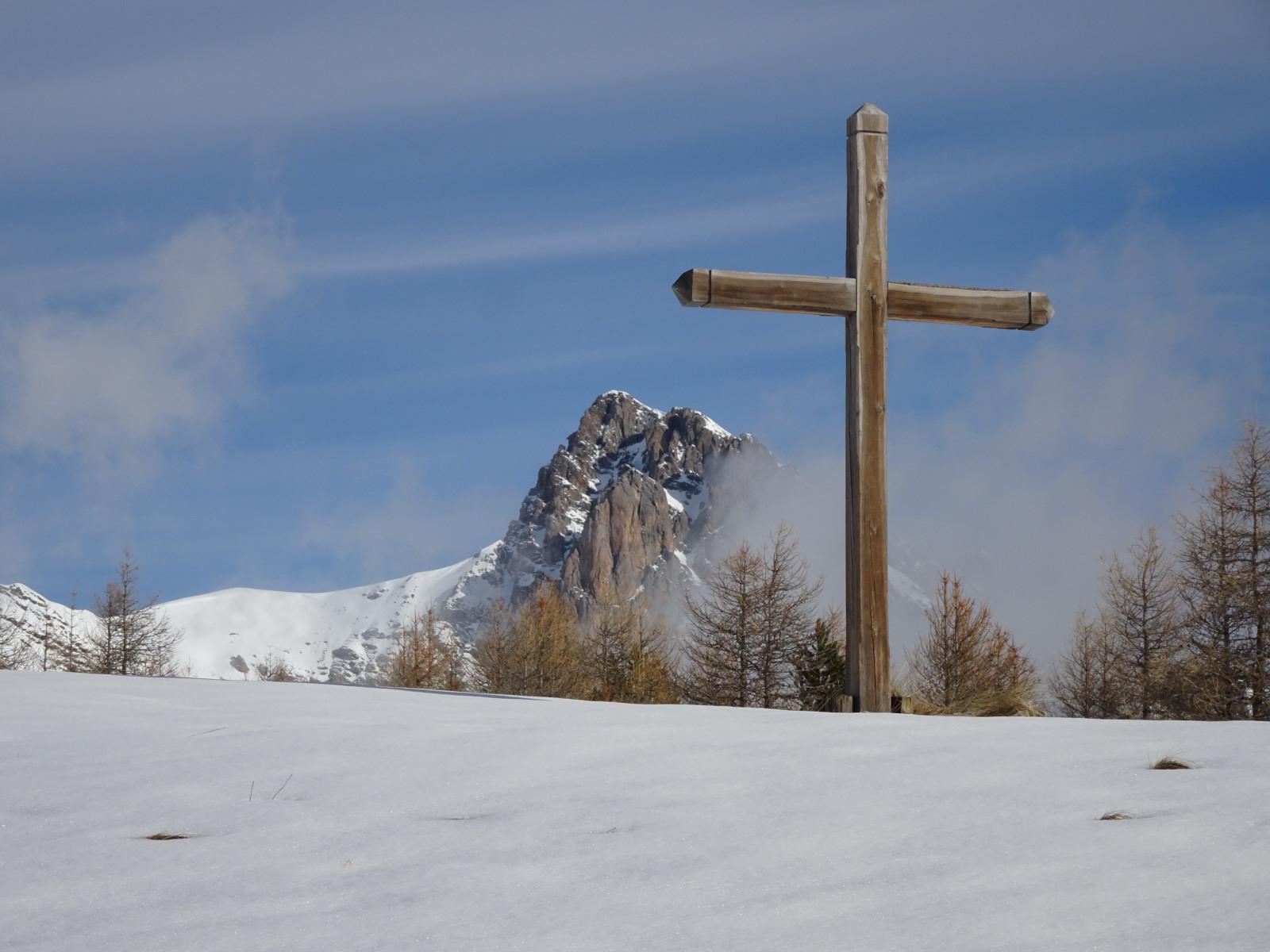 La croix des Résinières 2007. Peu à peu les mélèzes se rapprochent. Si le réchauffement climatique se poursuit, elle subira le même sort que la croix historique, cinquante mètres plus bas.