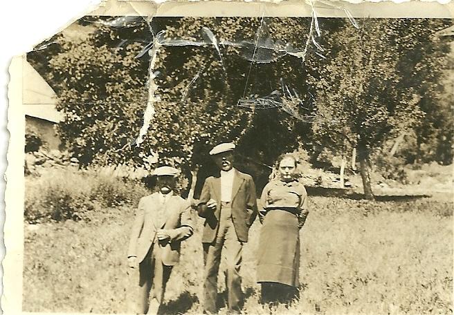 Parents de Louis ESCOFFIER : Noël et Eugénie avec à gauche le grand père Marius Bourcel (Ph.Escoffier)