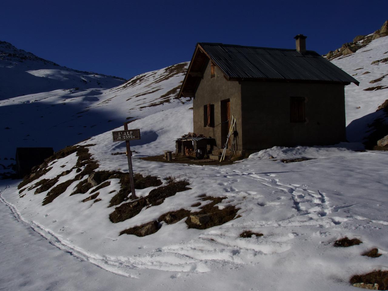 Les deux anciennes cabanes de l'Alp utilisées par Pascal durant 15 ans.