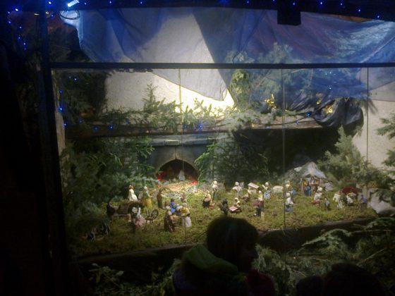 Crèche de Noël républicaine rassemblant toutes les générations de Réotier, installée sous la voûte du four banal de la place du Fournet..