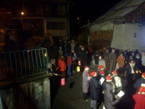 Place du Fournet Noël 2015. Lieux de rassemblement et de convivialité devant le porche du four communal transformé en crèche.