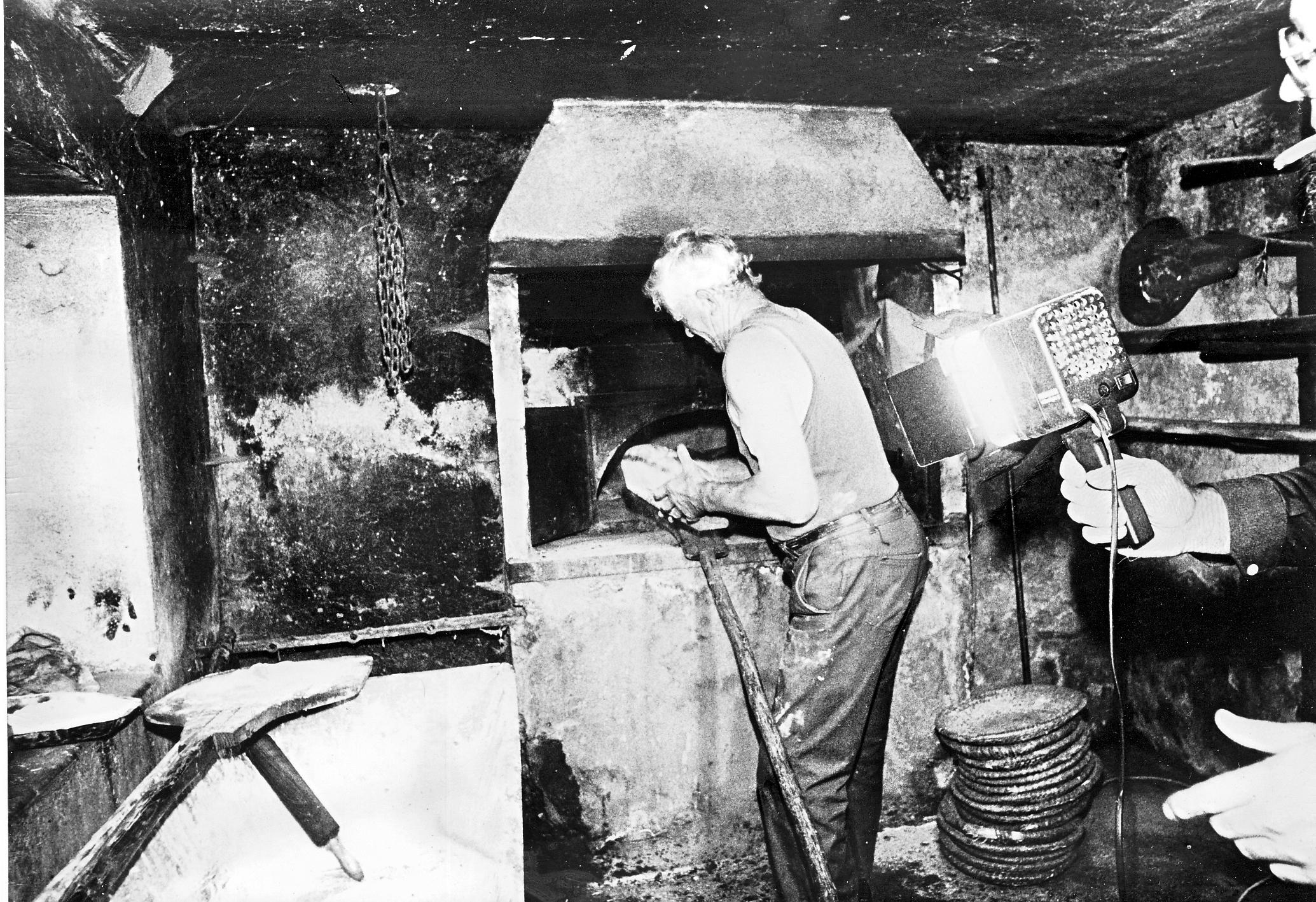 1998 : Roger Brun grand maître du four lors de la fête du pain des Casses. (Ph. J.M.Collomb)