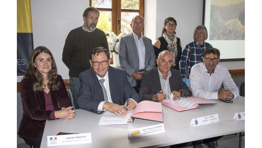Signature officielle du contrat de partenariat entre la commune de RÉOTIER et L'OCCITANE en Provence pour l'utilisation de l'eau de la Fontaine Pétrifiante - Photos (© Pat.DOMEYNE/Addet05)