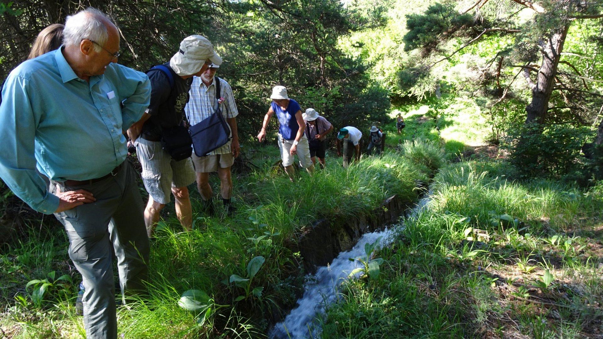 Une partie du groupe constatant que depuis 8 siècles l'ouvrage résiste à la force de l'eau.