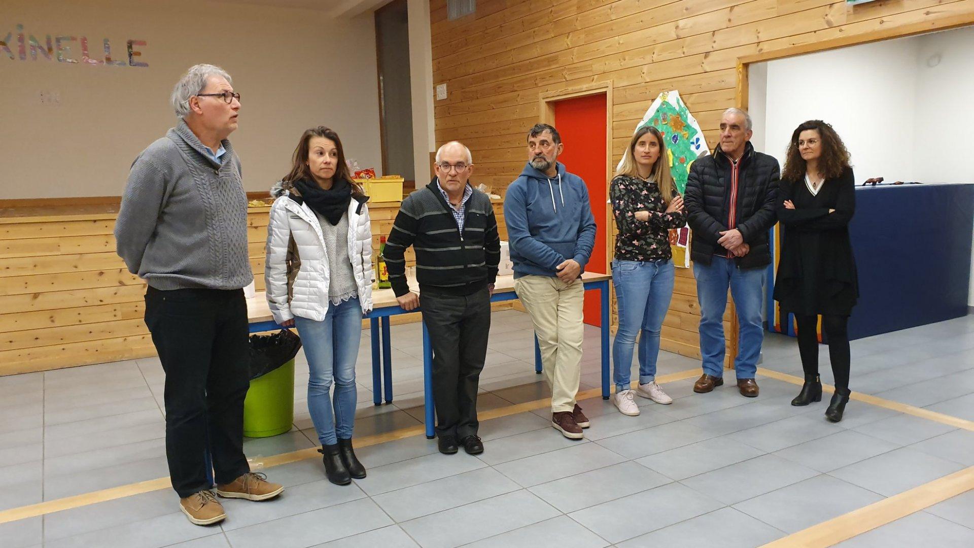 """Remise des 344 euros de dons à l'association des parents d'élèves de l'école """"La Fraxinelle"""""""